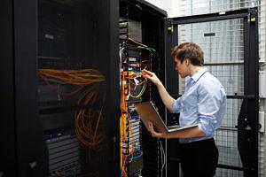 Ingenieur kontrolliert Computer